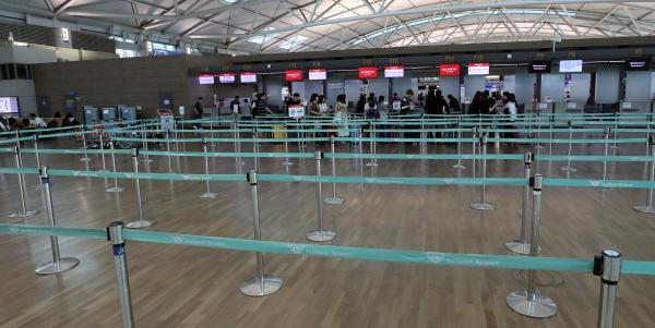 24일 인천국제공항 제1터미널의 국내 항공사 카운터가 일본행 항공기 탑승 수속 시간에 한산한 모습을 보이고 있다. 사진=연합뉴스